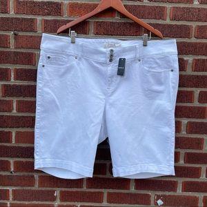 🆕 Torrid jegging bermuda short stretch white